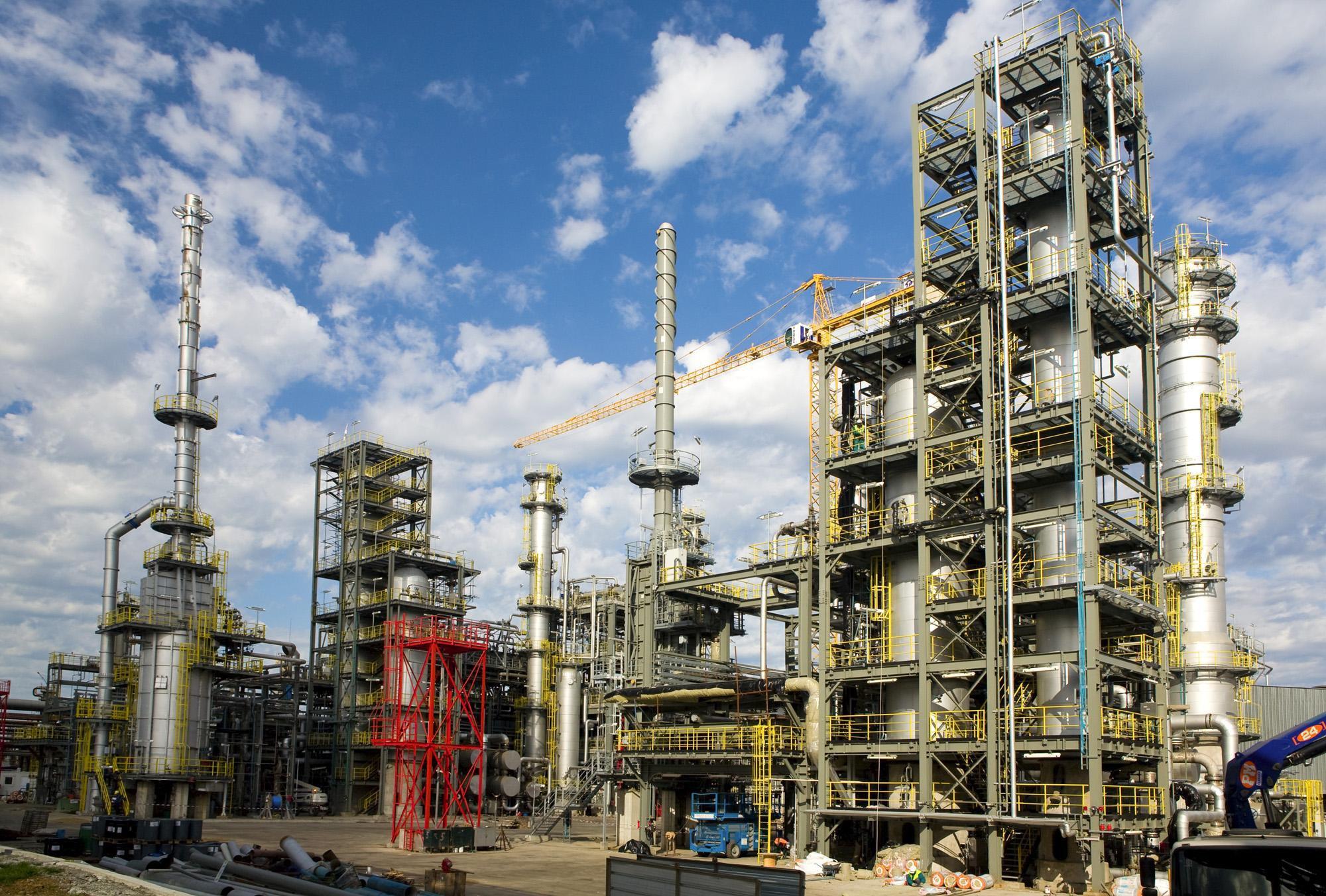 lukoijl-neftohim-moje-da-ostane-bez-licenz-za-proizvodstvo-na-goriva-13175