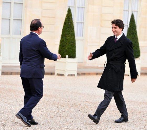 Франсоа Оланд и Джъстин Трюдо преди да си стиснат ръцете пред Елисейския дворец на 29 ноември 2015 г. Снимка: Mustafa Yalcin/Anadolu Agency